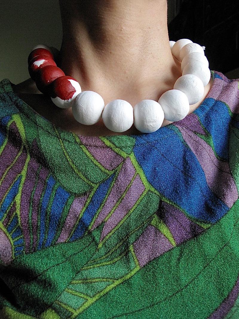 Period Pearls, part of a series // Periodihelmet, osa sarjasta, 1995. Paper mache balls, rubber band, acrylic colour