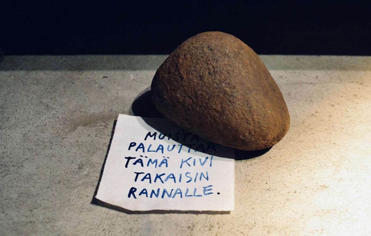 """""""Remember to return this stone back to the beach"""", Stone Department (detail) // Kiviosasto (yksityiskohta), Fulfillment exhibition at Tyrnävä 2021. Photo: Jari Haavikko"""